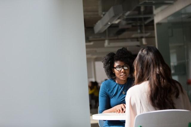 目を見て人と話すのが苦手な人へ…対処法と大切な要素とは?